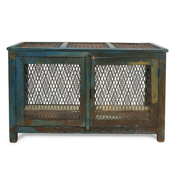 Muebles antiguos con rejilla.