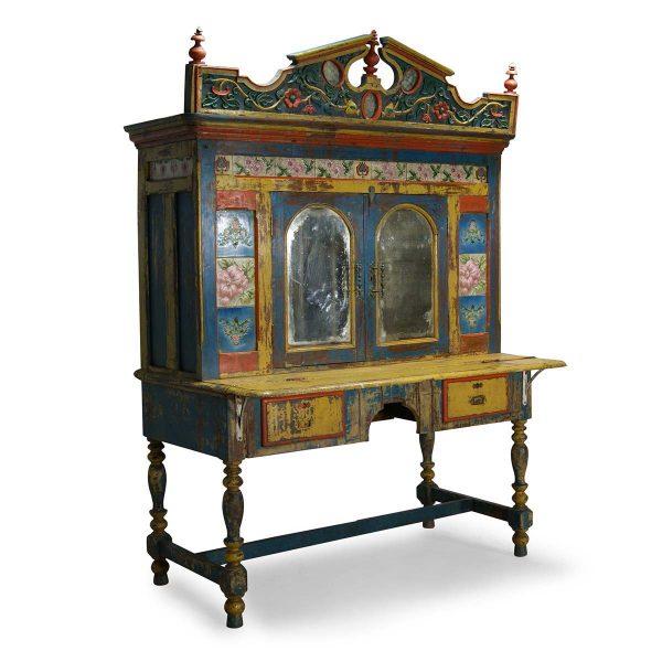 Ancienne armoire avec dessin.