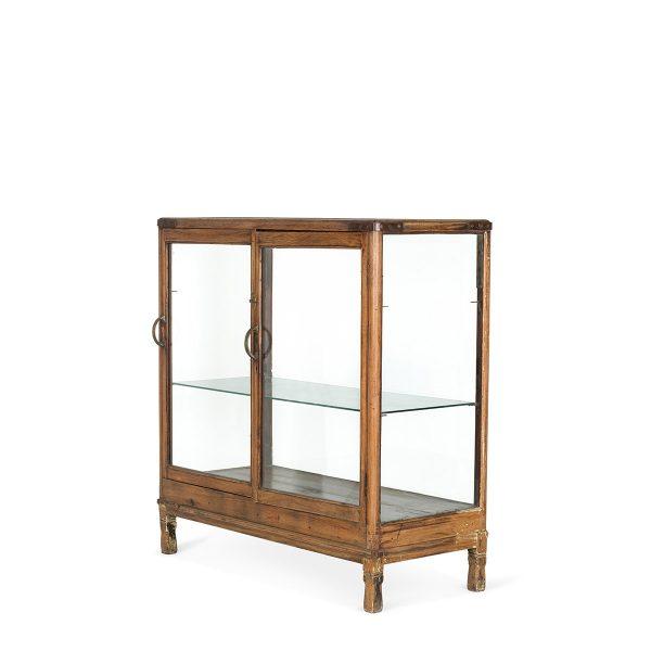 Anciens meubles vitrines vintage.
