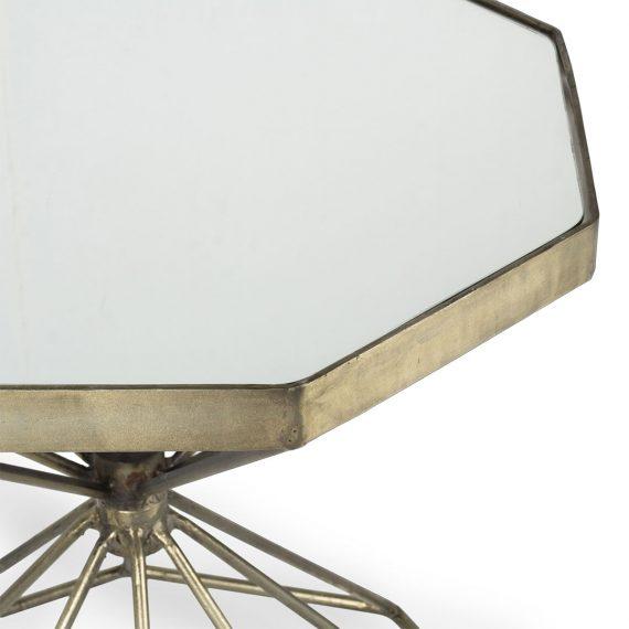 Mesa auxiliar dorada y cristal.