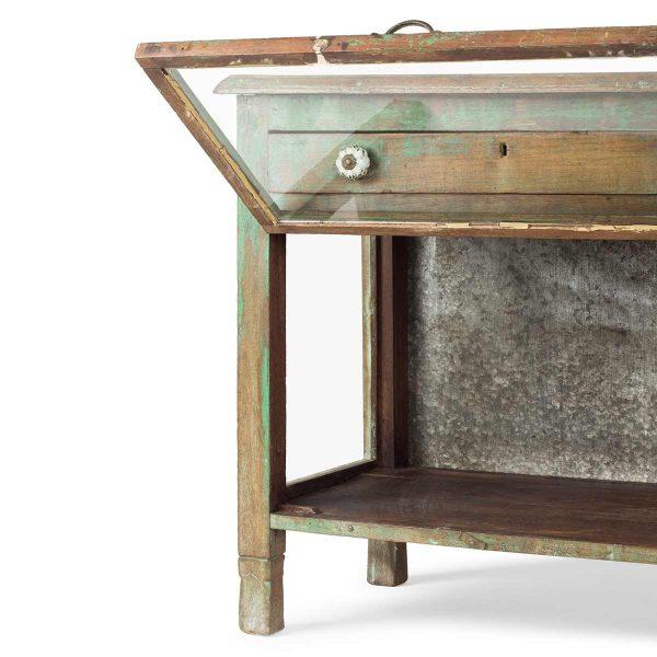 Mesas vintage con vitrina incorporada.