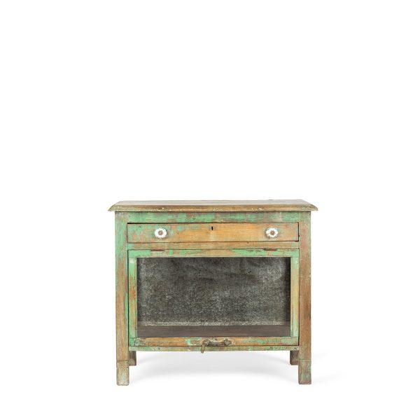 Table vintage avec vitrine.