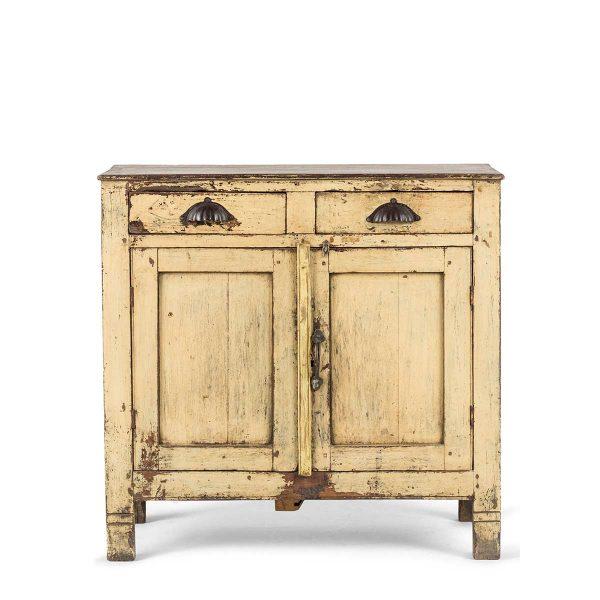 Vieux meuble d'appoint.