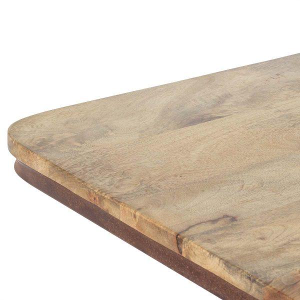Mesas altas de cafetería en madera.
