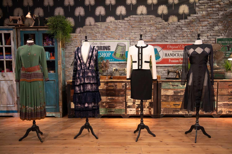 Mobilier et décoration rétro dans Les Maitres de la Couture.