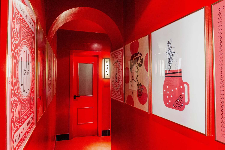 Pasillo rojo decorado con ilustraciones.